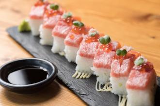 ディナーメニュー : 彩り箱寿司 1.280円 ディナーではドリンク片手に気軽につまめるおつまみメニュー(350円〜)からグリルや和食の一品メニュー、お寿司やお刺身の海鮮も充実してご用意しております。お気軽にお立ち寄りいただける和食レストランです。