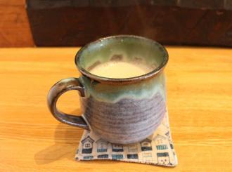 松代焼のカップでお出しするほうじ茶ミルク