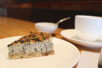 甘さ控えめの黒ごまチーズケーキ